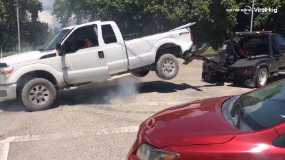 Hallucinante beelden: man geeft plankgas terwijl zijn pick-up wordt getakeld