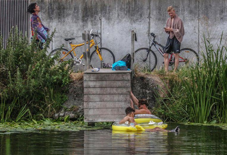De wildzwemmers houden van het kanaal omdat het verfrissend is, proper en het er rustiger is dan in het openluchtzwembad.