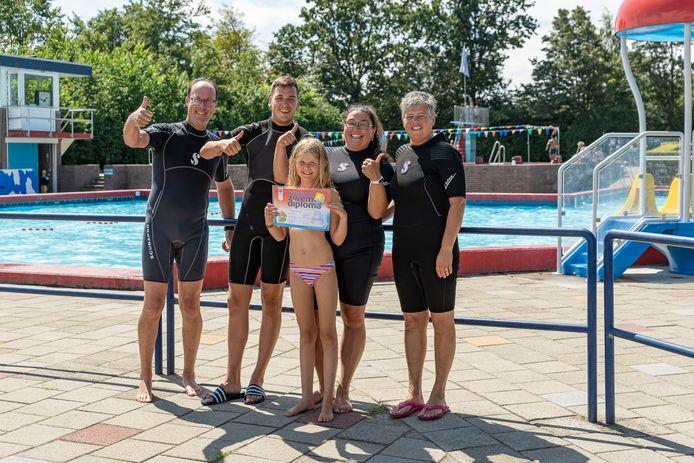 Chelsy Schmitz met de badmeesters van zwembad Stelleplas in Heinkenszand. V.l.n.r. Patrick Moison, Nando Rentmeester, Daniëlle Allemekinders en Marion Steenbakker.