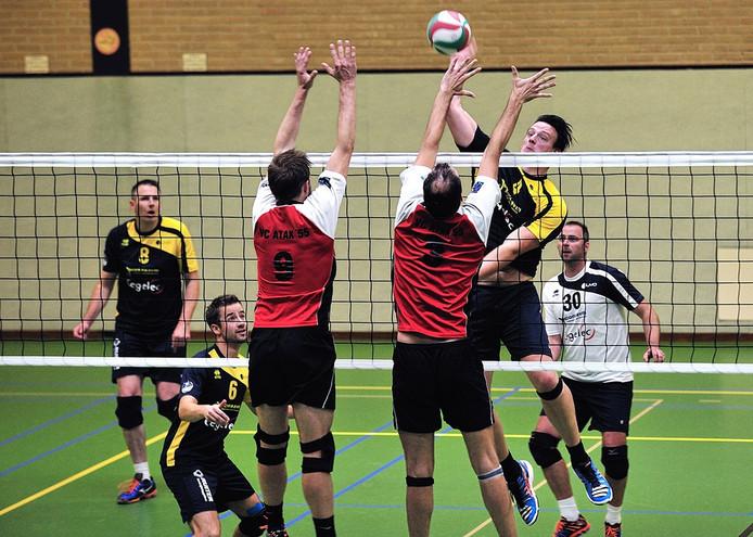 volleybal zuvo tegen atak, .zuvo spelers vlnr richard peeters (8)-dirk douven (6)-michiel tolenaars (smasht 4) en kevin van praat (30). tegenover atak spelers niek smits(9) en arjen vleugel(3)