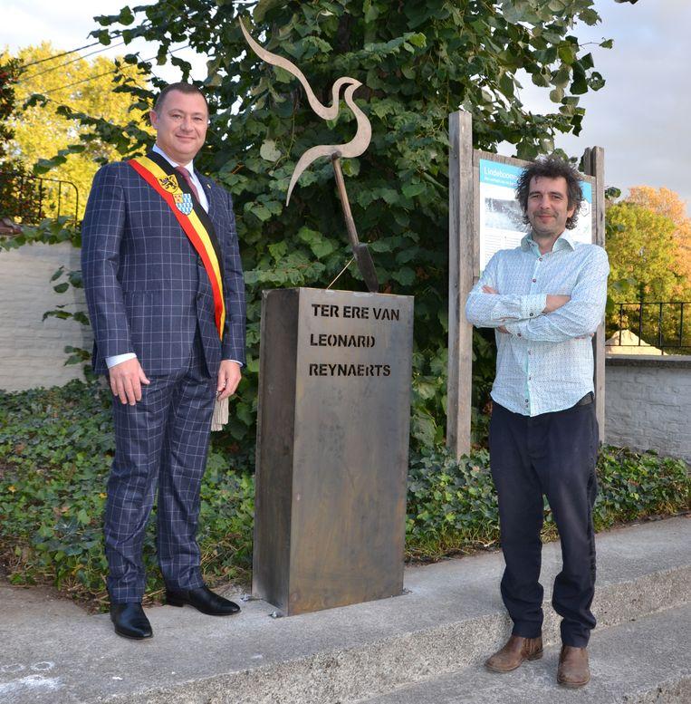 Burgemeester Peter Reekmans en lokaal kunstenaar Frederik Vaes aan herdenkingskunstwerk