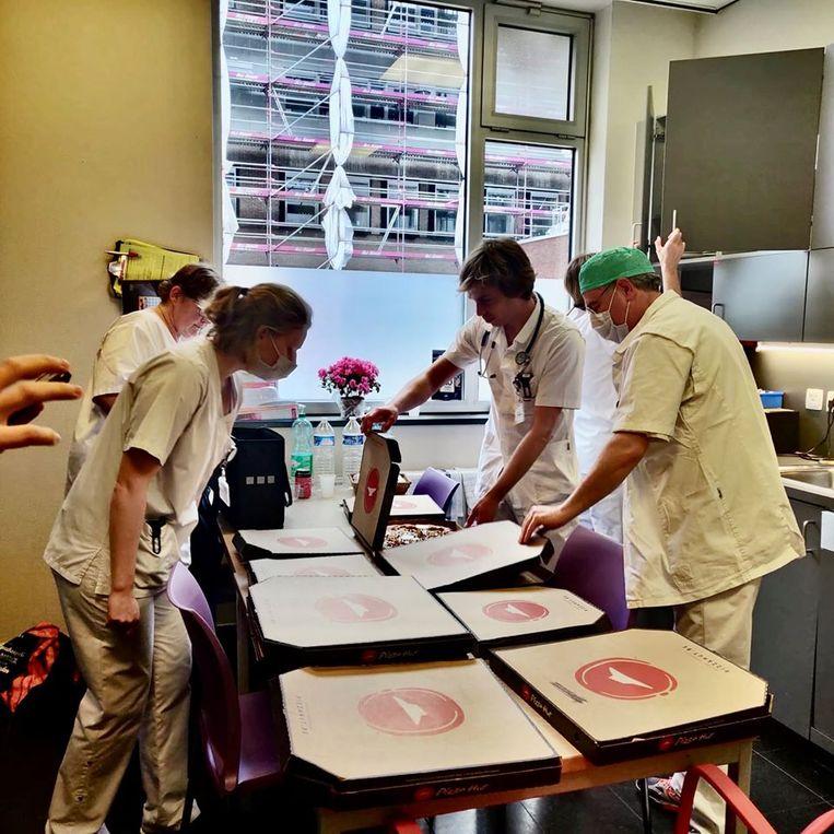 De spoedafdeling van AZ Sint-Lucas kreeg vrijdagmiddag pizza's cadeau van Pizza Hut.