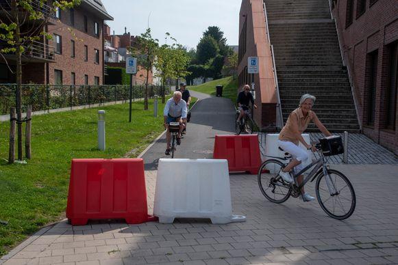 De Fietsersbond vindt de opstelling onderaan Rode Heuvel niet fietsvriendelijk.