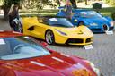 Ferrari LaFerrari (2015, links), Aston Martin One-77 Coupé (2011, midden) en Bugatti Veyron EB 16.4 Coupe (2010, rechts).