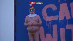 Levensechte naakte Trump als clown