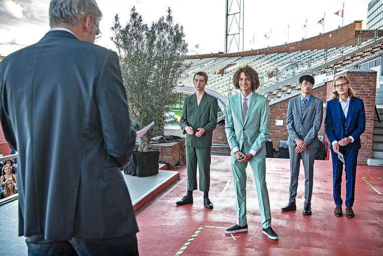 Leerlingen van het Cygnus Gymnasium ontvangen in het Olympisch Stadion in Amsterdam hun diploma. Beeld Guus Dubbelman / de Volkskrant