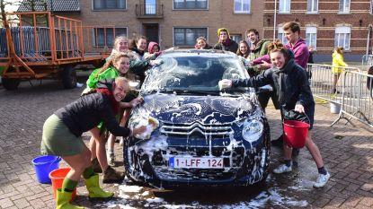 Car wash van Scouts Aurora om nieuwe tenten te betalen