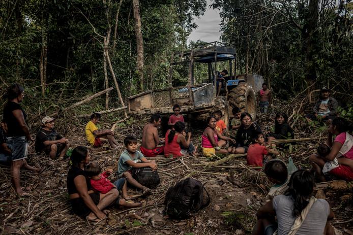 De Munduruku-stam pauzeert tijdens het werk. Ze ontginnen illegaal een deel van eht Amazonewoud.