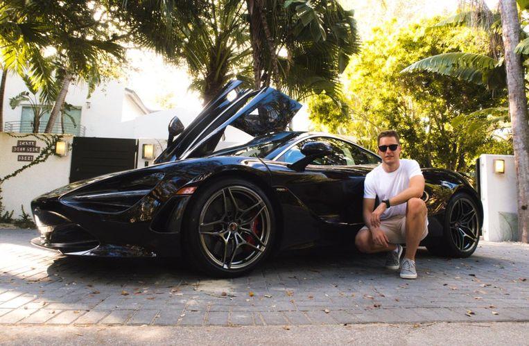 Vandoorne poseert trots bij een zwarte McLaren 720S.
