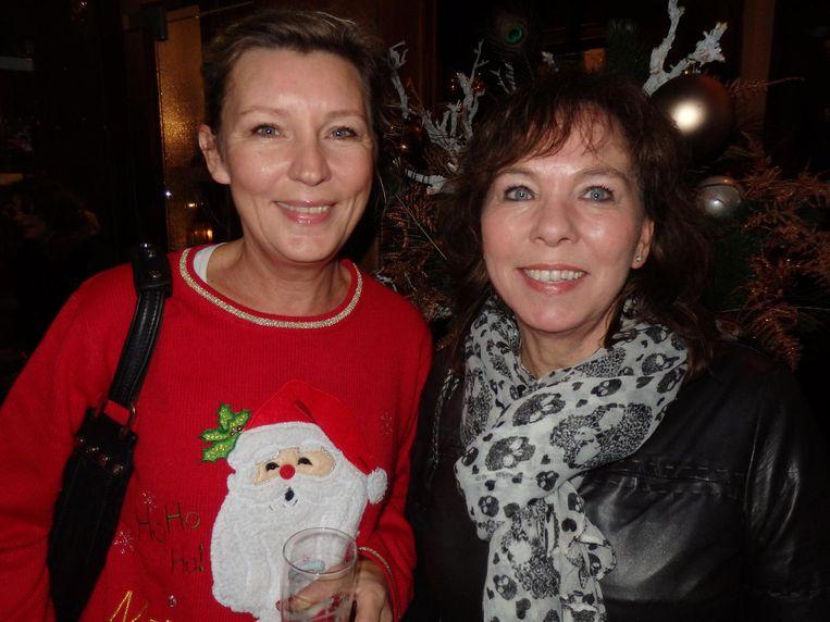 Schrijfster Saskia Noort (links) en Margot Jamnisek van Linda.tv. Hoeveel oliebollen hebben de dames al gegeten? Saskia: 'Nul. Ik word altijd misselijk van oliebollen.' Beeld Schuim