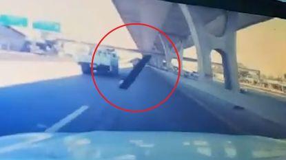 Dashcam filmt moment waarop stuk staal door voorruit vliegt
