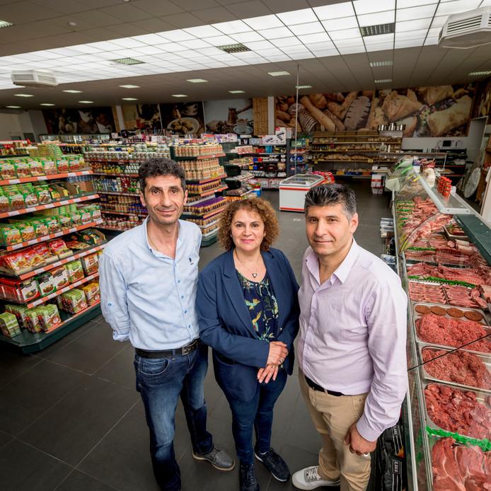 Supermarkt ADA is verhuisd van Haaksbergerstraat naar Lipperkerkstraat. Vlnr: Metin Özceylanoglu, Mehtap Mangan-Özceylanoglu en Feyzallah Mangan.