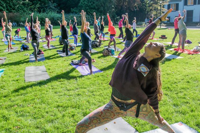 66 mensen deden zaterdag mee aan de yogales van Jorinde Gommans.