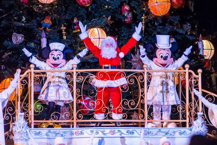 Mickey, Minnie en de kerstman tellen samen feestelijk af.