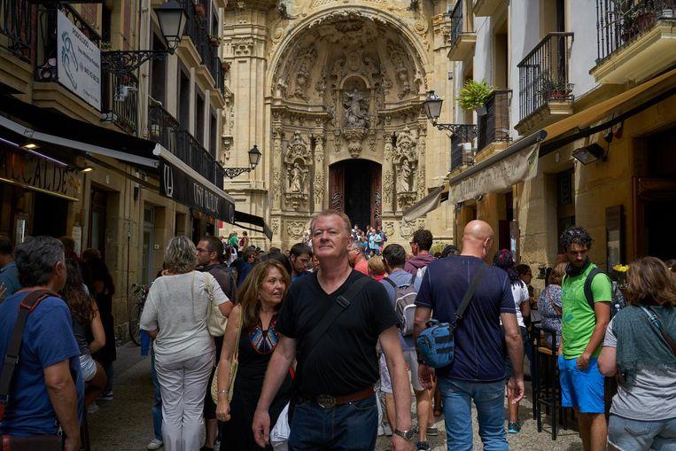 Drukte in het centrum van San Sebastián. Jongerenbeweging Ernai is niet tegen al het toerisme, maar vreest wel de disneyficatie van de stad. Beeld null