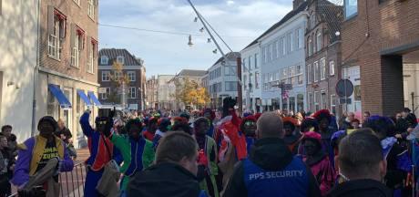 LIVE | Veel politie op de been bij intocht in Den Bosch: Toeschouwers en demonstranten moeten weg uit Visstraat