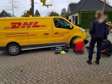 Fietsster aangereden door pakketbezorger, fiets muurvast onder bestelbus