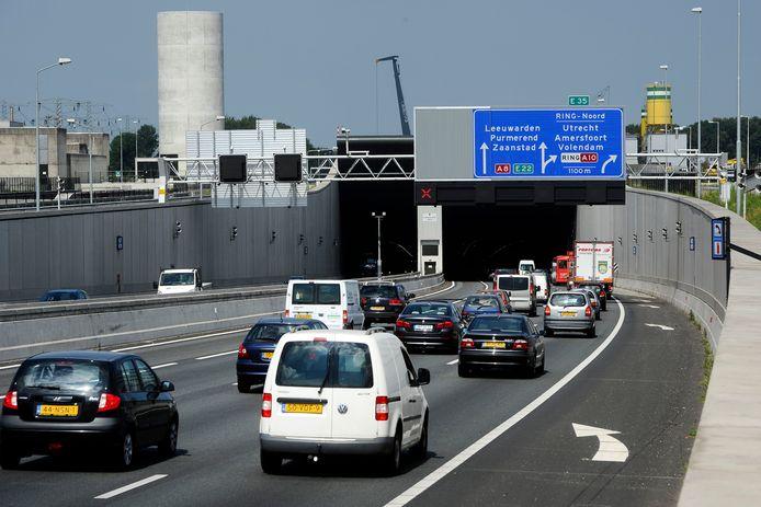 De Coentunnel, die is vernoemd naar de omstreden VOC-handelaar Jan Pieterszoon Coen, verbindt de A10 Noord en de A10 West met elkaar.
