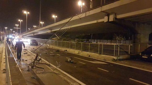 De vangrail viel van het viaduct naar beneden.