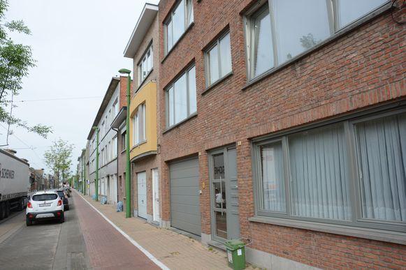 De vondst werd gedaan in een flat op de bovenste verdieping van dit appartementsgebouw aan de Verbrandendijk in Zwijndrecht.