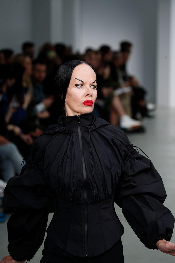 Een model op de show van Mugler.