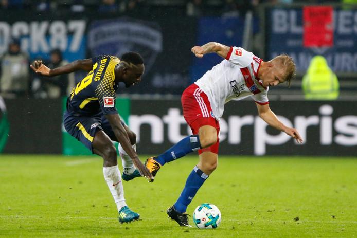 Rick van Drongelen loopt een blessure op in een wedstrijd tegen RB Leipzig.
