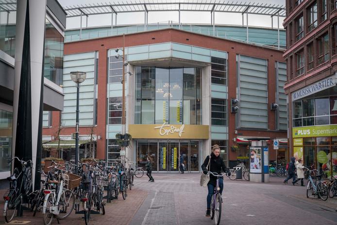 Topshelf op het Johnny van Doornplein op de hoek van de Roggestraat en de Looierstraat bij de entree van centrum Arnhem.