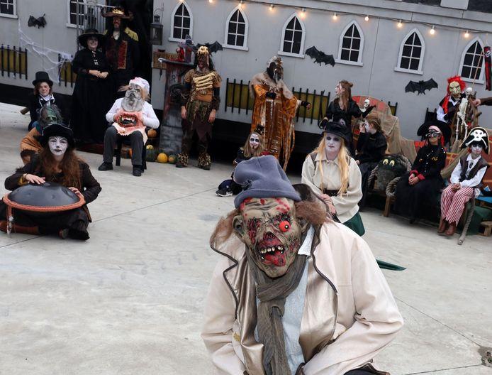 De figuranten van het Halloweenmuseum hebben werk van hun kostuums gemaakt en zorgen voor interactief toneelspel.