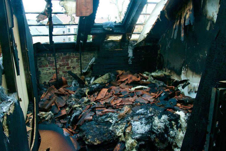 De slaapkamer op de tweede verdieping is compleet vernield.