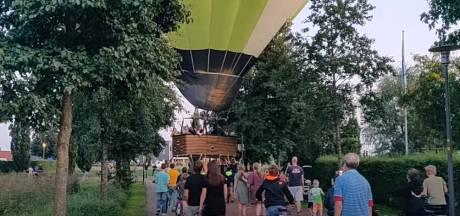Nijkerkers schrikken van ballon die midden in hun wijk landt en helpen mensen in het mandje een handje