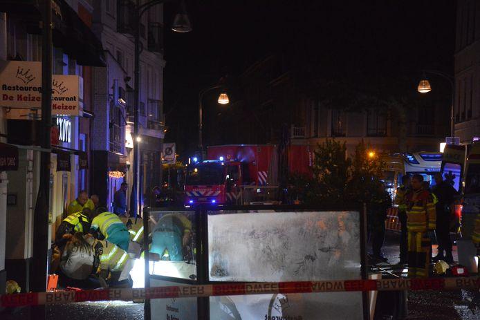 Hulpdiensten ontfermen zich over de gewonden na de terrasaanrijding op zondag 20 oktober in Deventer.