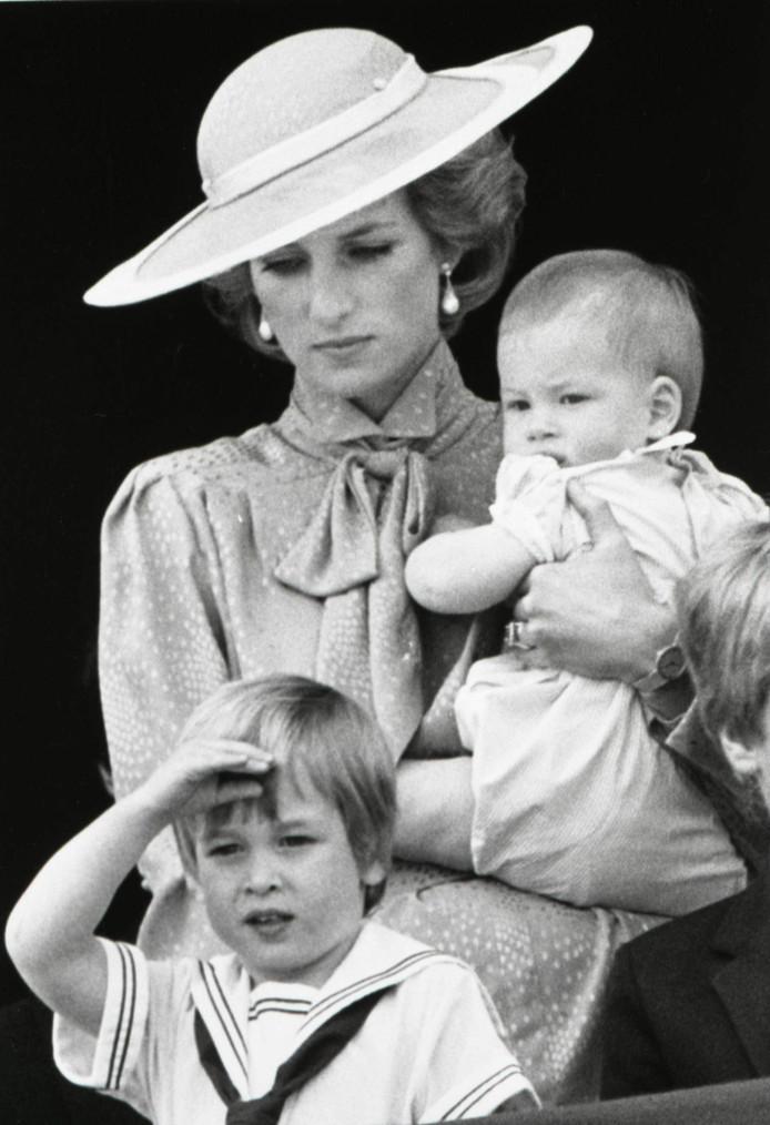 Lady Diana met Harry op haar arm en William voor haar