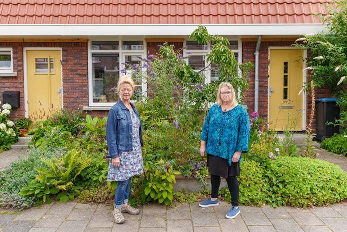Marianne te Brake (links) en buurvrouw Joke Derks delen hun voortuinen.