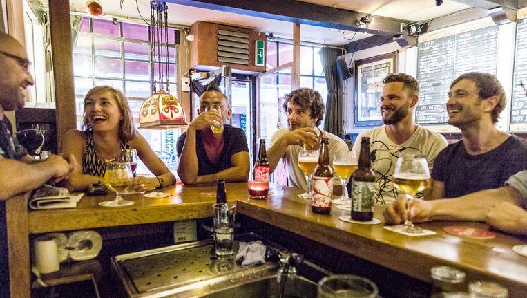 De bruine kroeg, piepklein en donker, steekt af tussen de pizzatenten en feestcafés Beeld Tammy van Nerum