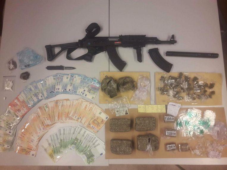 De buit die bij de huiszoekingen in beslag is genomen. De speurders vonden onder meer 40.000 euro cash, een taser, luchtdrukpistool en cocaïne ter waarde van bijna 15.000 euro.