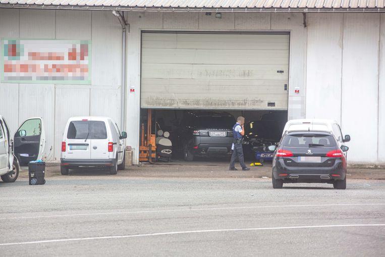 De wagens stonden in deze loods.