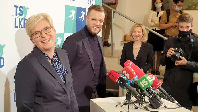 Links de beoogde nieuwe premier van Litouwen, de christendemocrate Ingrida Simonyte. Naast haar staat haar partijvoorzitter Gabrielius Landsbergis.