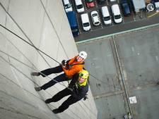 76-jarige abseilt van 145 meter hoog gebouw voor goede doel