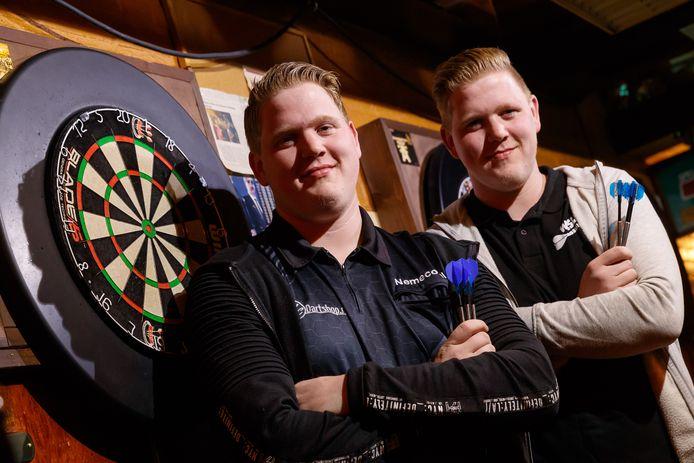 Darters Danny en Wesley van Trijp nemen maandag deel aan het PDC WK voor jeugd.