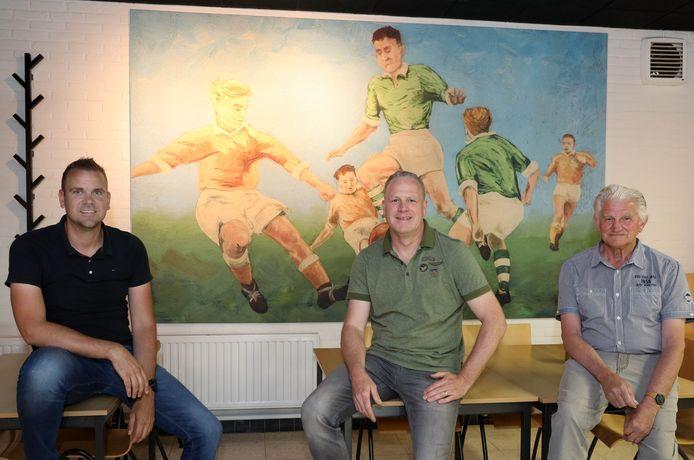 Sander de Schepper (links), voorzitter Harold de Rijk (midden) en Adri Wauters – die net zo oud is als de club – zijn trots op jubilaris VVVogelwaarde.