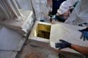 Beelden van de opening van de twee graven door forensisch specialisten.