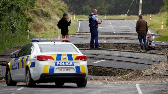 Archieffoto. De politie neemt de schade aan de weg op na de zware aardbeving in Nieuw-Zeeland, ook gelegen op de 'Ring van Vuur', in november vorig jaar.