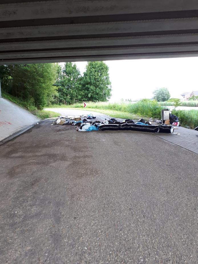Afval gedumpt onder viaduct Holderbergsedijk Kruisland.