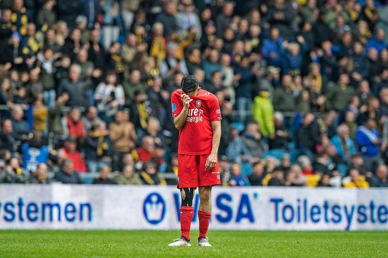 Oussama Assaidi staat er verslagen bij na de 4-0 van Vitesse. Beeld Guus Dubbelman / de Volkskrant