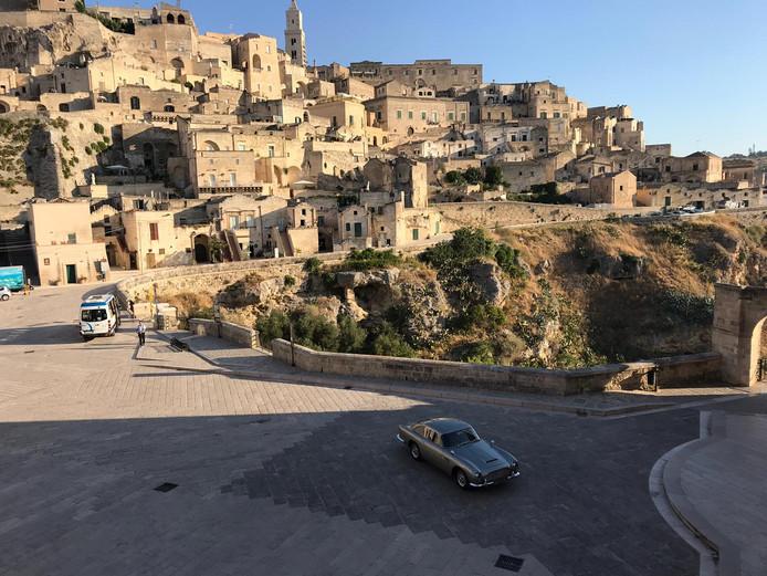 """EXCLUSIF: l'Aston Martin de James Bond sur le tournage de """"No Time to Die"""" à Matera en Italie."""