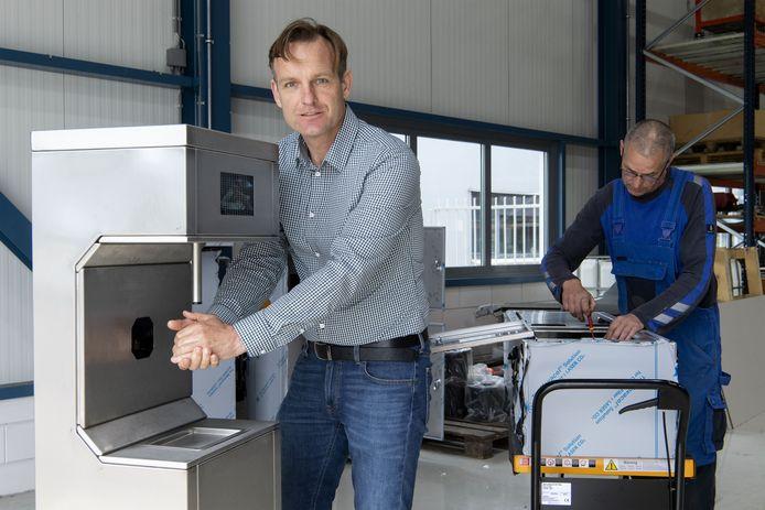Terwijl medewerker Bernd Opitz (rechts) de laatste hand legt aan één van de Handytizers, wast directeur Johan Schipper van Schipper Techniek nog maar eens zijn handen.