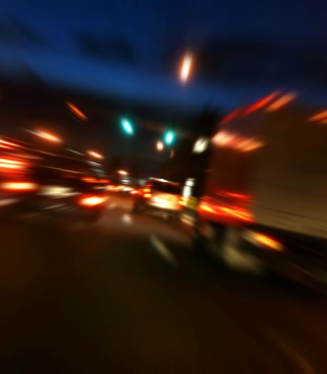 Levensgevaarlijk: dronken man (29) steekt enkele keren te voet de A17 over