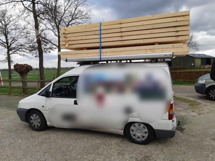 De politie haalde maandagochtend in De Mortel dit overbeladen voertuig van de weg.