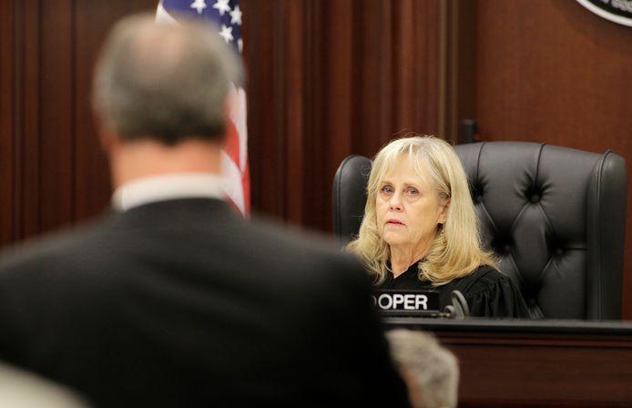 Rechter Mallory Cooper kijkt toe.
