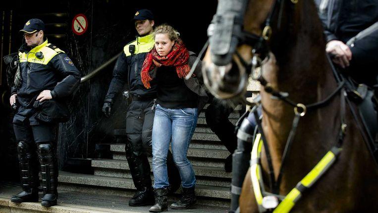Een actievoerder wordt verwijderd bij het Bungehuis. Het pand van de UvA, dat door studenten werd bezet, is dinsdag ontruimd. Beeld anp
